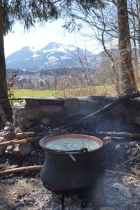Soupe de chalet préparée sur le feu