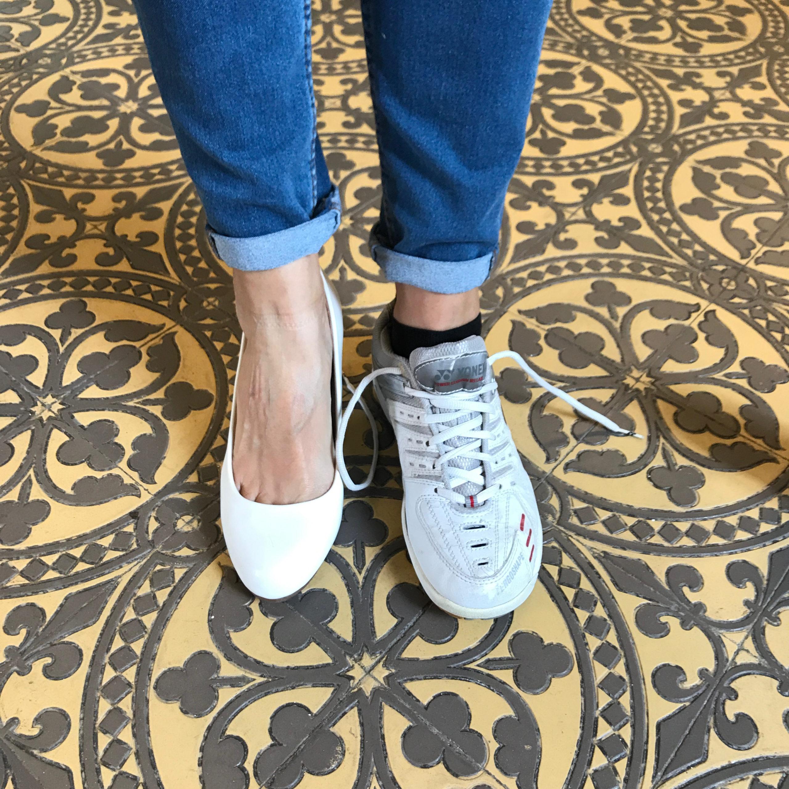 Essai de chaussures au marché gratuit